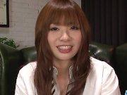 La niña japonesa Yuki Mami chupa la polla y traga el esperma