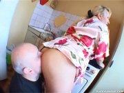Tvirkina žmoną virtuvėje