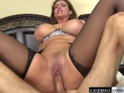 Išdulkina seksualia mamytę dideliu užpakaliuku