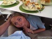 ท่าทางหล่อนคงหิวอาหารเช้ามากเลยก็เลยเข้าไปกินไส้กรอกแฟนหนุ่มแบบนี้