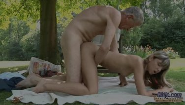 Young girl seduce and fuck an Oldje