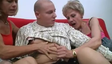 Amateur threesome with 2 nasty mature sluts