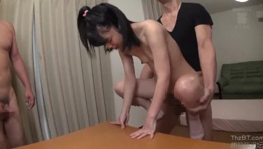 (川島くるみ)身長135センチ、つるつるぺったんこなおっぱいで(loli)ロリ体型の18歳美少女が変態オヤジがオモチャのように弄ばれる【Pornhub】