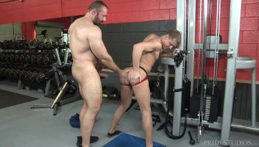 Daddy Bear Helps Twink with Workout Injury