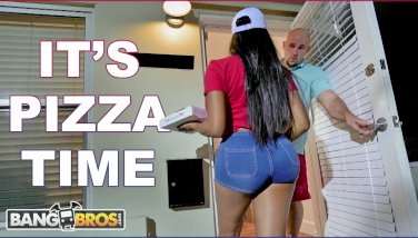 BANGBROS - Black Pizza Delivery Girl Moriah Mills Delivers Her Big Ass - duration 11:59