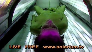 Otra chica haciéndose un solo en el solarium