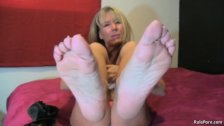 MILF shows off her beautiful feet