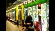 Una pareja follando en una estacion del metro
