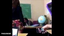 Se baja el tanga para hablar con el profesor