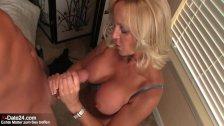 Blonde Hausmutter rubbelt Jungschwanz ab