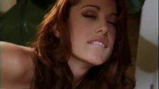 Isabella Camille em uma cena lésbica