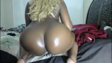 Ebony babe shakes her big ass on webcam