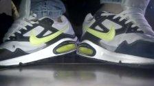 Brincando com seu Nike Air Max e meias pretas