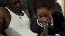Девушка отсасывает член чернокожего самца