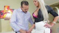 Сексуальная блондинка ублажает своего мужа