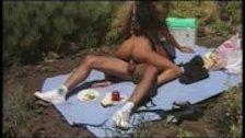 Мужик поимел тетку в задницу на пикнике