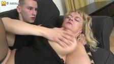 Видео мама с подругой трахнули в чулках сына онлайн сейчас