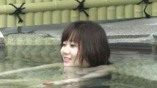 ちっぱいお姉さんが温泉で楽しく談笑してる様子を隠し撮り