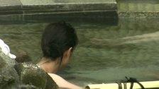 温泉で次々と入浴してくる素人女性達を撮影していく盗撮師