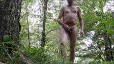 738 redbube Mann total nackt Wald draussen zeigt Penis Arsch oeffentlich