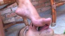 limpando o pé da linda