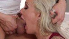 Блондинка глубоко заглатывает болт любовника