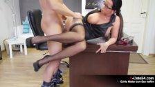 Junger Praktikant muss sexgeile Chefin für Job besteigen