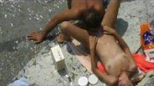 Мужик делает незнакомке кунилингус на пляже
