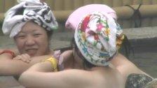 巨乳女子大生グループがおっぱい丸出しで入浴してる