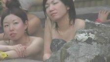 巨乳人妻の垂れた乳を長々と撮影する有名盗撮師の作品