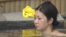 ピチピチお肌の女子大生ばかりを狙って撮影した温泉入浴シーン