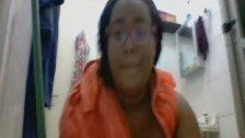 Gordinha puta tomando banho durante a chamada no skype