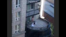 Se llevó a la terraza del hotel a éstas dos prostitutas