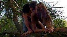 В лесу парень отодрал блонду в очко