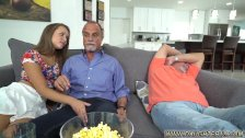 Nepoata Ii Face Muie Unchiului Si De Fute Cu El Cand Nu O Vede Tatal Ei