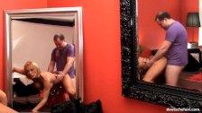 User fickt geile deutsche Amateur Milf vor dem Spiegel