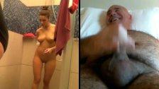 Home treu llet veient una dona a la dutxa