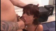 Amateur MILF eats ass