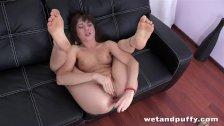 Hot babe makes herself cum