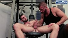 MUSCLE HUNKS RIM AND FUCK AT THE GYM