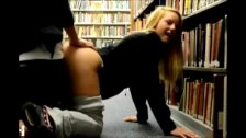 Follando dentro de una biblioteca
