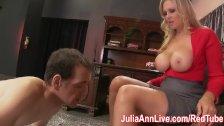Milf Julia Ann hace a un tipo lamer sus pies.