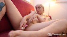 Yanks Hottie Cassandra Lee Toys Her Slit