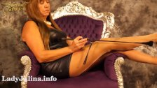 Herrin Carmen zeigt Nylon Legs Shiny Pantyhose Heels Wetlook German Domina
