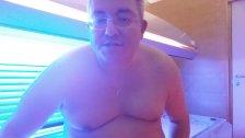 Mikropenis Michael Skotnik nackt auf einer Sonnenbank im MyGYm Salzburg