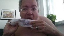 Michael Skotnik leckt Manuelas Menstruationsblut von einer Slipeinlage