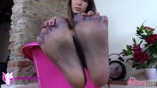 Supergirl in pantyhose need her feet to be smelled