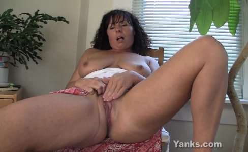 Horny MILF Lynn Masturbating|3,501 views