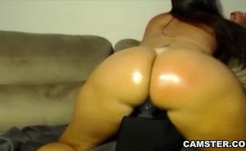 PAWG lotions her big tits and ass then twerks|3,370 views