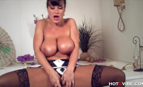 Busty cougar Lisa Ann plays with her pussy|29,489 views